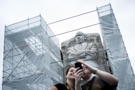 С памятника борцу за права человека, лауреату Нобелевской премии мира Мартину Лютеру Кингу начали удалять спорную надпись 1 августа 2013 года. Фото: BRENDAN SMIALOWSKI/AFP/Getty Images