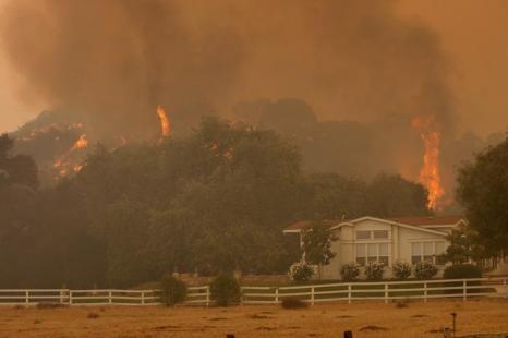 Тысячи людей эвакуируют в Калифорнии, охваченной пожаром. Фото: David McNew/Getty Images