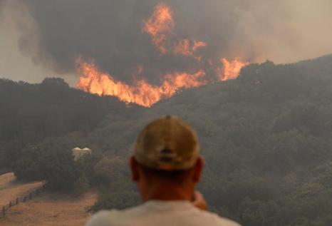 Тысячи людей эвакуируют в Калифорнии, охваченной пожаром. Фото: Kevork Djansezian/Getty Images