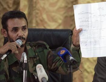 Аджми аль-Атири выступает на пресс-конференции 9 июня 2012 года в Зинтане, Сирия. Фото: GIANLUIGI GUERCIA/AFP/GettyImages