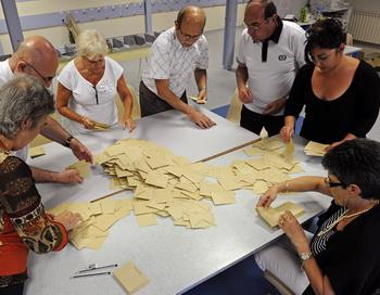 Подсчёт голосов на избирательном участке во Франции 11 июня 2012 года. Фото: BORIS HORVAT/AFP/GettyImages
