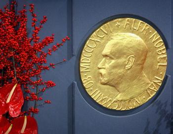Доска, изображающая Альфреда Нобеля. Фото: Chris Jackson / Getty Images