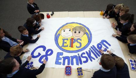 Ученики начальной школы приготовили проект, посвящённый саммиту G8. Фото: Matt Dunham - WPA Pool/Getty Images