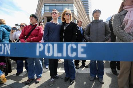 В Бостоне минутой молчания жители почтили память жертв теракта. Фото: Mario Tama/Getty Images