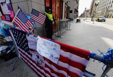 В Бостоне минутой молчания жители почтили память жертв теракта. Фото: Kevork Djansezian/Getty Images