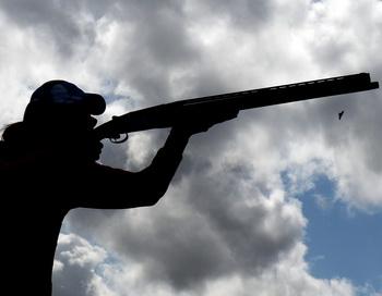 Человек с ружьём. Фото: Lars Baron/Getty Images