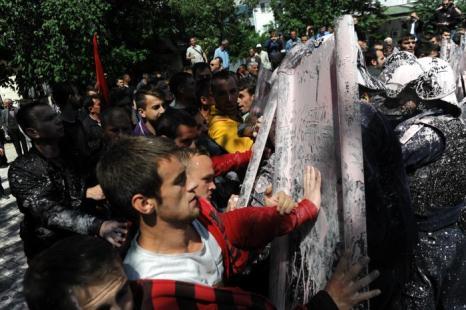Сотни этнических албанцев выступили в столице Косово Приштине против ратификации соглашения о нормализации отношений с Сербией. Фото: ARMEND NIMANI/AFP/Getty Images