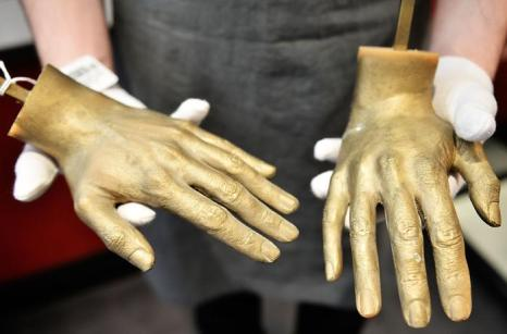 Слепки рук Майкла Джексона на аукционе Bonhams. Фото: Bethany Clarke/Getty Images