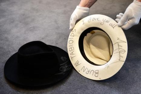 Подпись Майкла Джексона на шляпе выставлена на аукционе Bonhams. Фото: Bethany Clarke/Getty Images