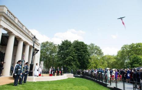 Бомбардировщик Ланкастер сбрасывает маки во время церемонии открытия Мемориала бомбардировочной авиации в Лондоне, Англия. Фото: Ian Gavan / Getty Images