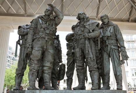 Статуи Мемориала бомбардировочной авиации в Лондоне, Англия. Фото: Ian Gavan / Getty Images