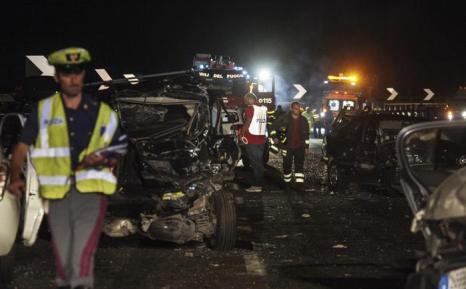 38 человек погибло в автобусной аварии на юге Италии близ Монтефорте Ирпино вечером 28 июля 2013 года.  Фото: STRINGER/AFP/Getty Images