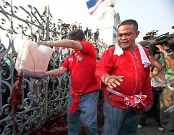 Одетые в красные рубашки сторонники экс-премьер-министра Таксина Чинавата требуют отставки нынешнего главы правительства Абхисита Ветчачивы и проведения новых выборов. Фото: Athit Perawongmetha/Getty Images