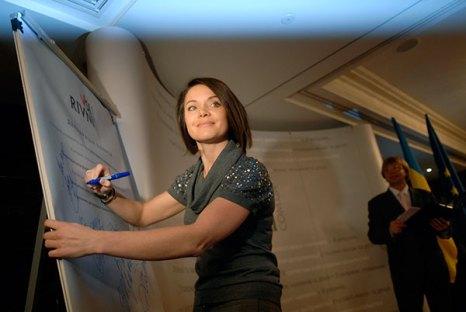 Лилия Подкопаева подписывает «Декларацию уважения» в Киеве. Фото: Владимир Бородин/Великая Эпоха/The Epoch Times