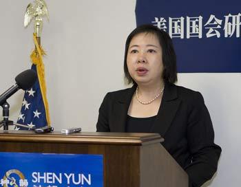 Мэлли Ау (MELLY AU) на форуме рассказывает о том, какие методы использует китайская компартия,   чтобы помешать проведению концертов Shen Yun. Фото: Ли Ша/The Epoch Times