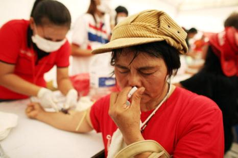 Оппозиция Таиланда устроила символическое кровопролитие у Дома правительства. Фото: Athit Perawongmetha/Getty Images