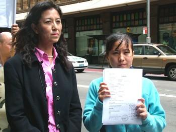 Се Янь, истец по делу Чжан Дэцзяна держит копию судебного иска. 2005 год. Сидней. Фото: The Epoch Times