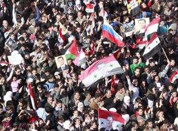 Десятки тысяч сирийцев протестуют против исключения Сирии из Лиги арабских государств. Фото: Youssef Badawi /DPA