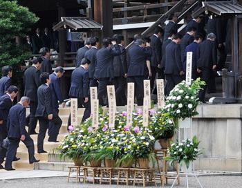 Десятки депутатов покинули правящую партию Японии. Фото: TORU YAMANAKA/AFP/Getty Images