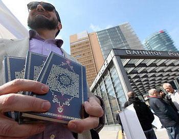 Во время бесплатного распространения Корана салафистами все время происходят акты насилия. Фото: Adam Berry/Getty Images