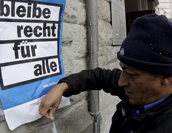 Нелегально прибывший иммигрант прикрепляет плакат «Право остаться для всех» на церкви в Цюрихе. Швейцария намерена отправлять ищущих убежища назад, на их родину. Фото: tagesschau.de