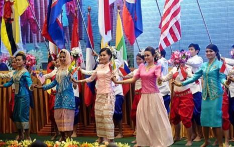 Камбоджийские танцовщицы на 20-ом саммите в Пномпене, посвящённом 45-летию Ассоциации государств Юго-Восточной Азии (АСЕАН), 3 апреля 2012 года. Фото: Hoang Dinh Nam/AFP/Getty Images