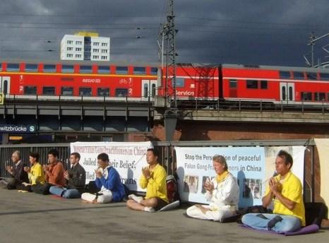 Берлин, Германия. Акция сторонников Фалуньгун, приуроченная к годовщине начала репрессий Фалуньгун в Китае. Июль 2012 год. Фото: The Epoch Times