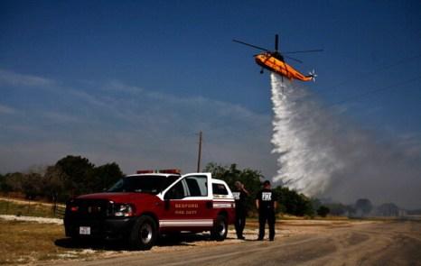 Строн, Техас - 19 апреля: спасательная служба сбрасывает баллоны с огнетушительной смесью, чтобы предотвратить от пожара дом. Фото: Tom Pennington/Getty Images