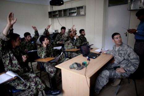 Американские врачи обучают афганских медиков-студентов оказывать медицинскую помощь. Фото: Majid Saeedi/Getty Images