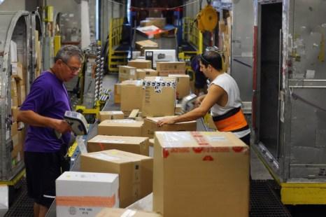 Покупки в Amazon и eBay теперь будут облагаться НДС. Фото: Joe Raedle/Getty Images