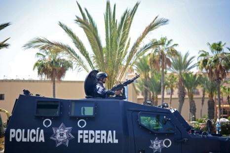 Федеральная полиция охраняет здание пресс-центра в Лас-Кабосе, Мексика, во время встречи  G20. Фото: BERTRAND LANGLOIS/AFP/GettyImages