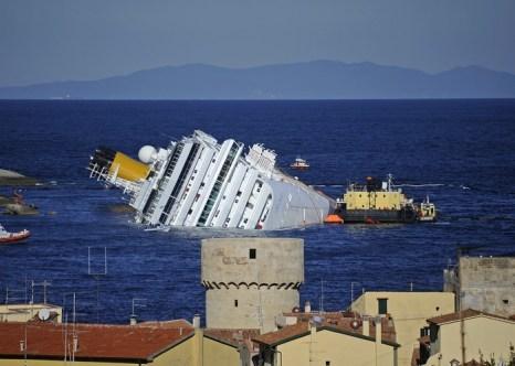 Сколько может стоит приветсвие морского лайнера. Круизный лайнер  Costa Concordia у берегов Тосканы. Фото: FILIPPO MONTEFORTE/AFP/Getty Images