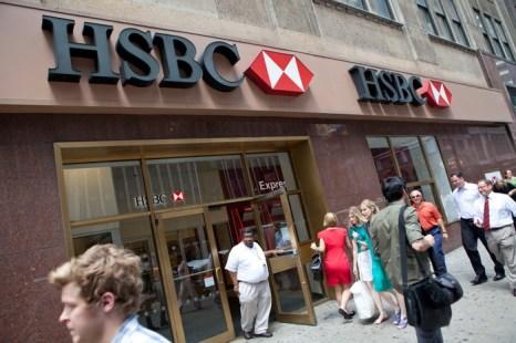 Более ста международных банков ожидает понижение рейтингов. Фото:  Andrew Burton/Getty Images