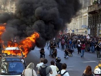 Почти все анти-банковские демонстрации по всему миру прошли мирно. В центре Рима, однако, демонстранты поджигали автомобили. Фото: sueddeutsche.de