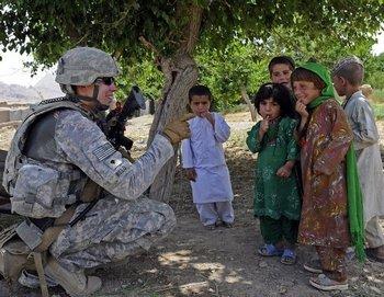 Солдат НАТО разговаривает с детьми в афганской деревне. Фото: vaterland.li