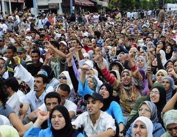 Во многих городах Марокко тысячи демонстрантов мирно требовали демократических реформ и социальной справедливости в воскресенье, 17 июля. Фото: bote.ch