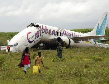 Боинг 737 авиакомпании Caribbean Airlines разломился на две части при посадке в Гайане. Фото: suedostschweiz.ch