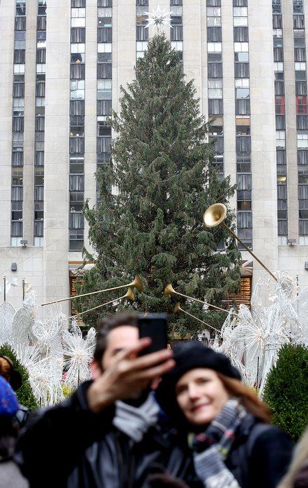 Празднично украшенный Нью-Йорк привлекает гостей со всего мира 24 декабря 2012 г. Фото: Mario Tama/Getty Images