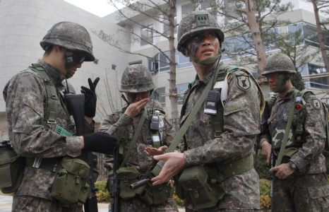 Южнокорейские солдаты провели антитеррористические учения в Сечжонгском правительственном комплексе в Йонги-гун 17 апреля 2013 г. Фото: Chung Sung-Jun/Getty Images