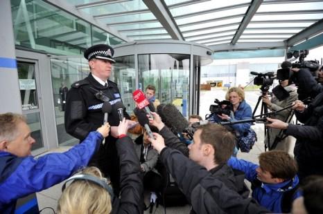 Офицер полиции Даррен Томпкинс рассказывает об инциденте с пассажирами авиарейса из Пакистана в аэропорту Лондон-Станстед, Англия 24 мая 2013 года. Фото: GLYN KIRK/AFP/Getty Images