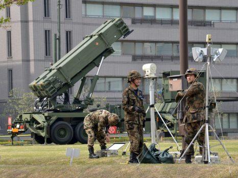 Пусковой блок PAC-3 ракет Патриот устанавливается в столице Японии Токио ввиду угрозы войны со стороны Северной Кореи. Токио, 9 апреля 2013 г. Фото: YOSHIKAZU TSUNO/AFP/Getty Images