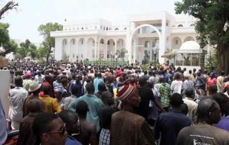 Сотни активистов собрались на демонстрации против временного правительства перед дворцом президента Мали 21 мая. Фото: HABIBOU KOUYATE/AFP/GettyImages