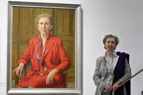 Политик Маргарет Беккет рядом со своим портретом на открытии выставки Королевского общества портретистов в Лондоне. Фоторепортаж. Фото: Dan Kitwood / Getty Images