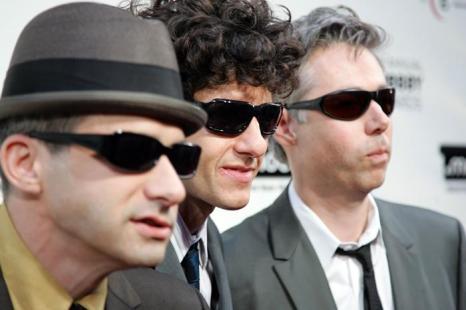 Музыканты Адам Горовиц, Майк Даймонд и Адам Яук из «Бисти Бойз» (Beastie Boys) на 11-й ежегодной премии Webby 5 июня 2007 в Нью-Йорке.  Фоторепортаж. Фото: Bryan Bedder / Getty Images