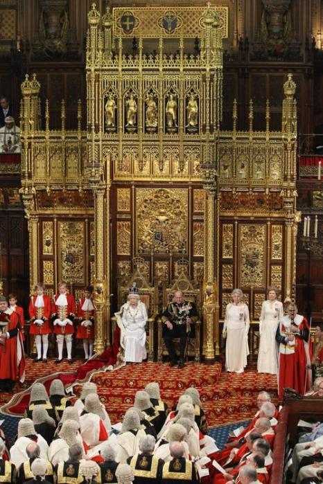 Королева Елизавета II и герцог Эдинбургский на троне зала Палаты лордов в Вестминстерском дворце во время открытия сессии парламента. Фоторепортаж. Фото:  Leon Neal - WPA Pool/Getty Images