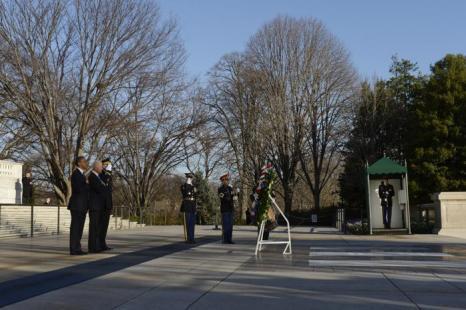 Церемония возложения венка к могиле Неизвестного солдата 20 января 2013 года, Вашингтон. Фото: Michael Reynolds-Pool/Getty Images