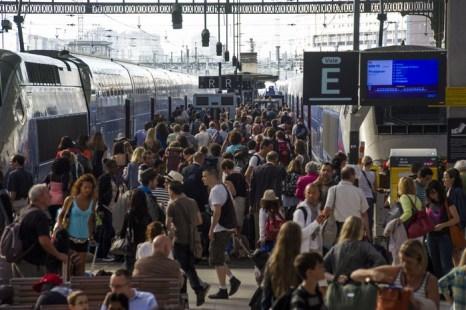 Под Парижем 1000 пассажиров застряли на несколько часов в поездах. Фото: FRED DUFOUR/AFP/Getty Images
