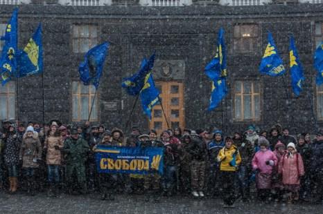 Здание Кабинета министров Украины пикетируют около 150 человек. Фото: Brendan Hoffman/Getty Images