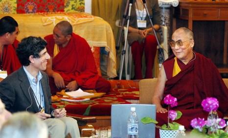 Далай-лама (справа). Резиденция Далай-ламы, город Дхарамсале, Индия. Фото: TENZIN LHAWANG/AFP/Getty Images