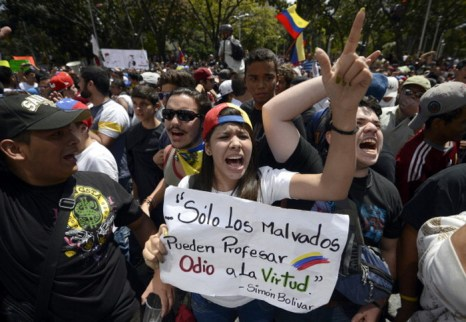 В среду, 12 февраля, в столице Венесуэлы Каракасе состоялась массовая акция протеста студентов, которые вышли на улицы с требованием освободить их товарищей, арестованных накануне, во время празднования Дня молодёжи. Фото: JUAN BARRETO/AFP/Getty Images